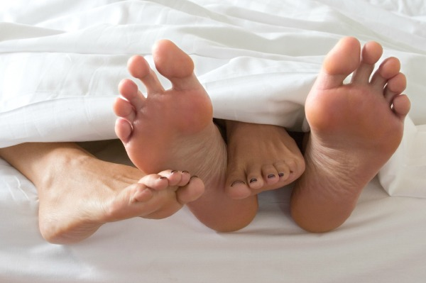 Couples_feet_in_bed